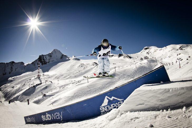 Warto odważyć się na podniebne akrobacje w snowparku.