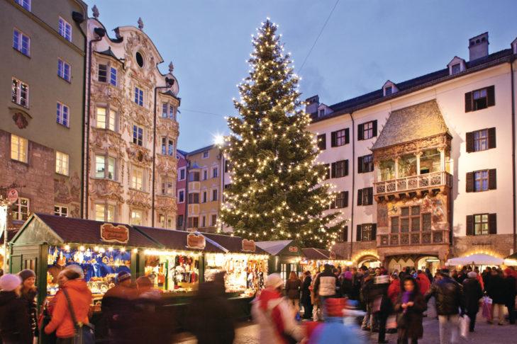 """Jarmark w Innsbrucku – w tle słynny """"Złoty dach""""."""