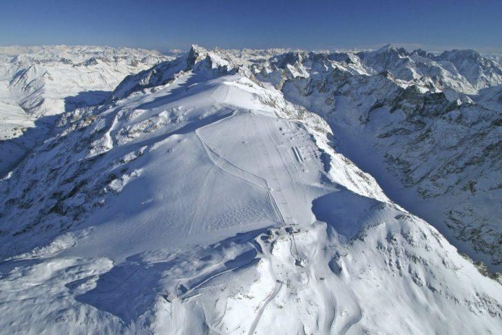 Malownicza panorama i szerokie trasy na terenie narciarskim na lodowcu Les 2 Alpes.