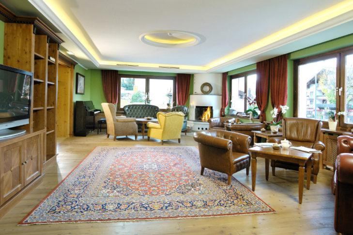 Widok na stylowy pokój z kominkiem w hotelu Vier Jahreszeiten w Kaprun.