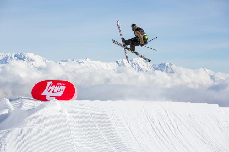 Narty freestyle umożliwiają sztuczki w snowparku.