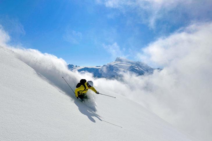 Narty freeride są idealne do jazdy w głębokim śniegu.