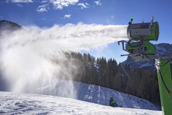Armatka śnieżna zainstalowana na stałe.