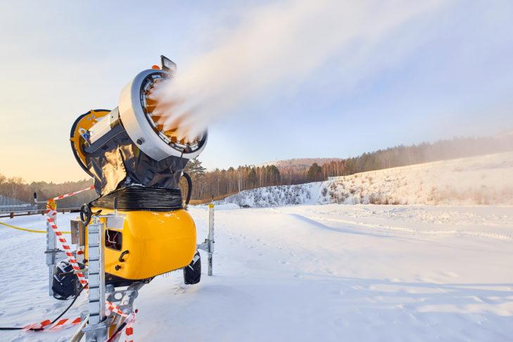 Mobilna armatka śnieżna na kołach.