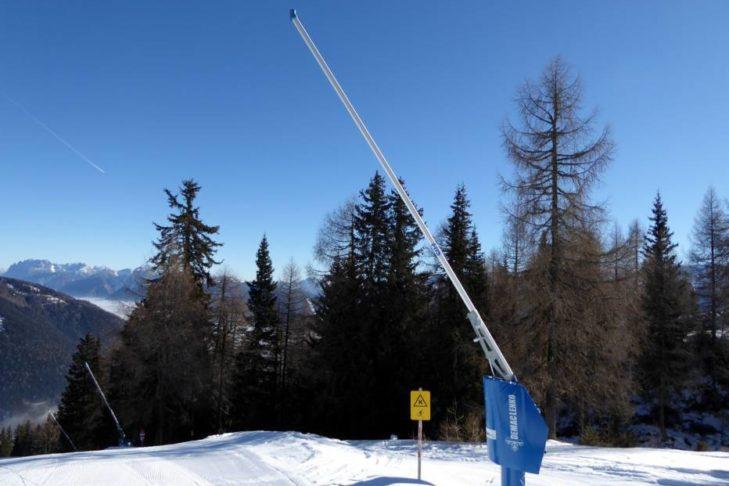 Obok armatek sztuczny śnieg wytwarzają również lance.