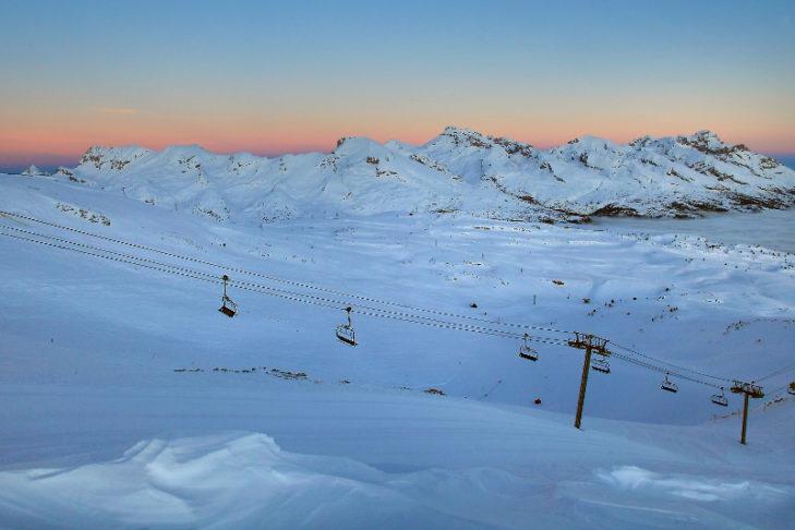Wieczorny nastrój na terenie narciarskim.