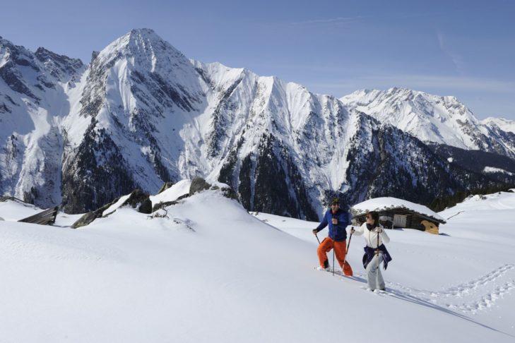 Podczas wędrówek w rakietach śnieżnych można podziwiać malownicze krajobrazy.