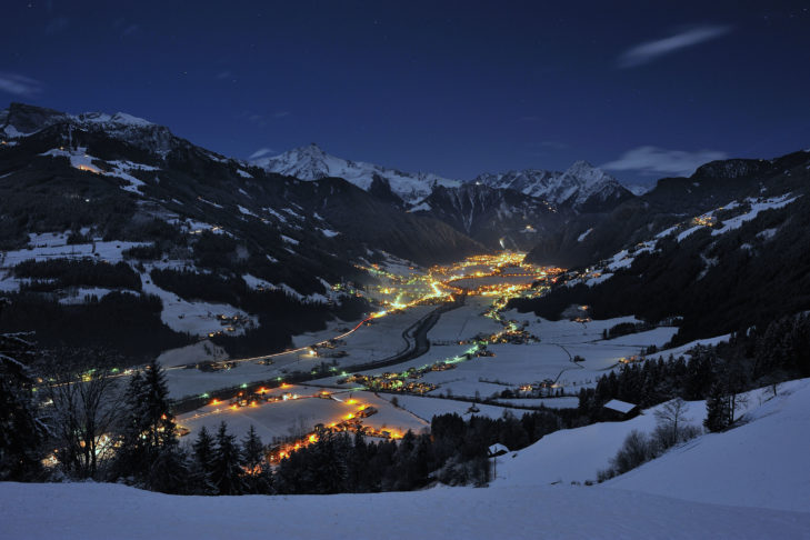 Panorama Mayrhofen nocą.