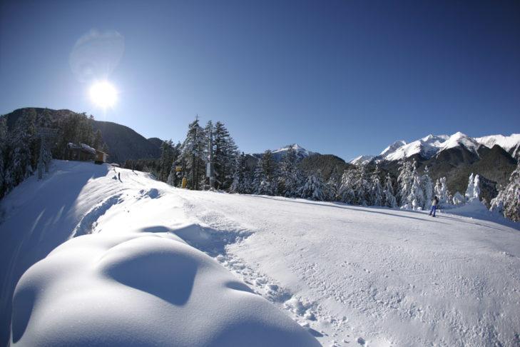 Teren narciarski Bansko na południu Bułgarii gwarantuje dużo słońca i śniegu.