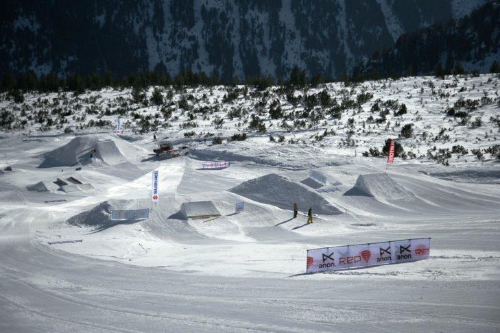 Widok z trasy na teren narciarski Bansko.