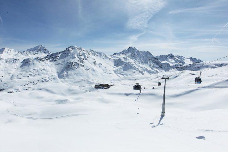 Ośnieżone stoki na terenie narciarskim Bormio.