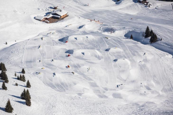 Snowpark Gastein oferuje liczne przeszkody i kickery.