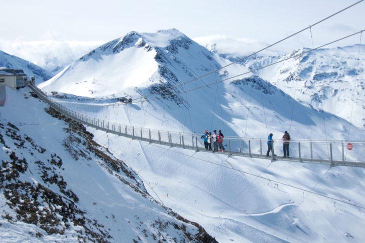 Atrakcja na terenie narciarskim: wiszący most o długości 140 m na Stubnerkogel.