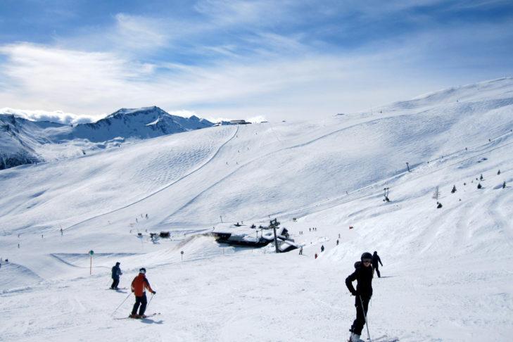 Szerokie, słoneczne trasy na terenie narciarskim Gastein.