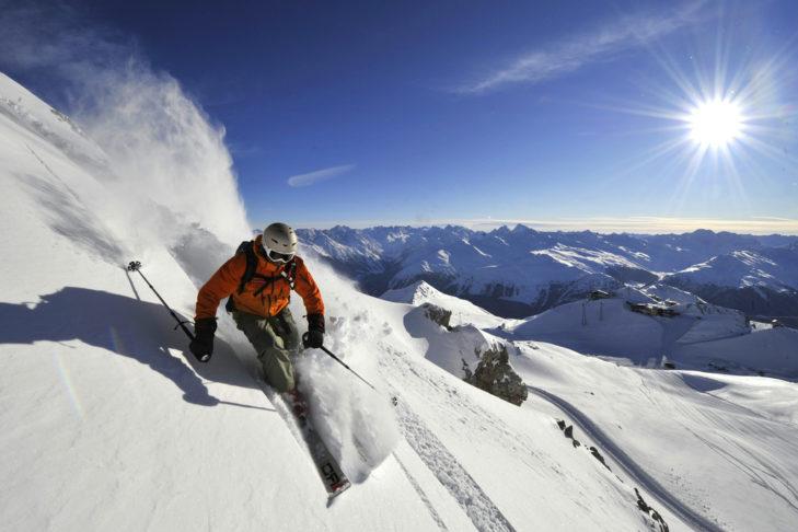 Jazda w głębokim śniegu w górach Davos Klosters.