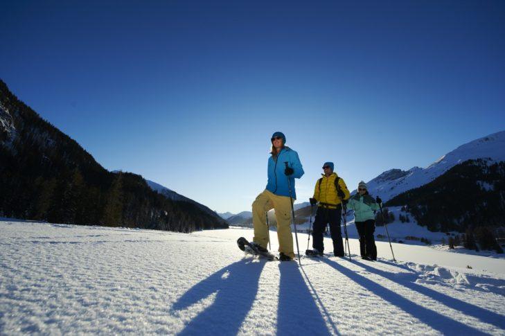 Wędrówki w rakietach śnieżnych to jedno z wielu zajęć rekreacyjnych w Davos Klosters.