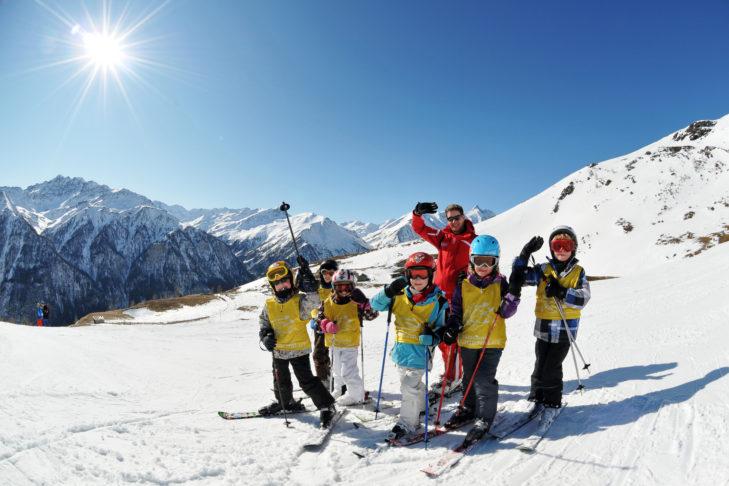 Dzieci pod czujnym okiem instruktora w jednej z wielu szkół narciarskich.