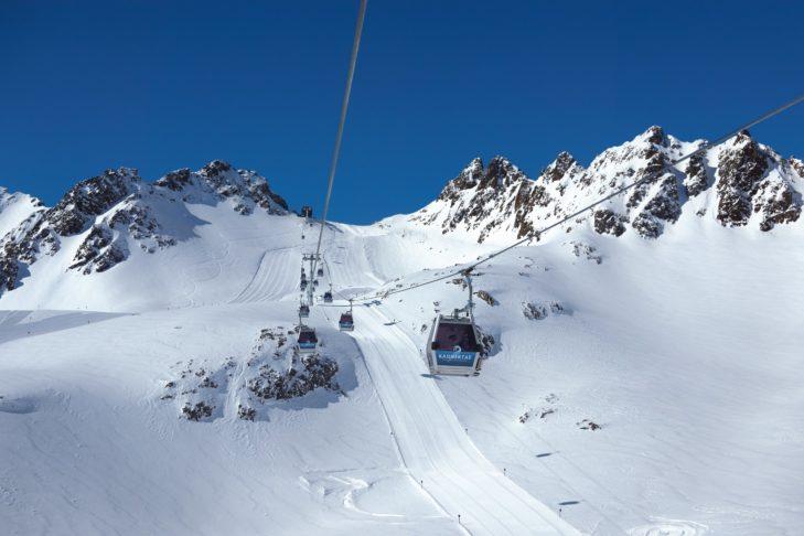 Kolejka linowa Karlesjoch prowadzi do eksperckich tras na lodowcu Kaunertal.