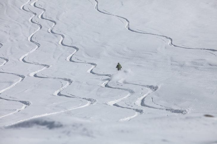 Zjazd w głębokim śniegu na lodowcu Kaunertal.