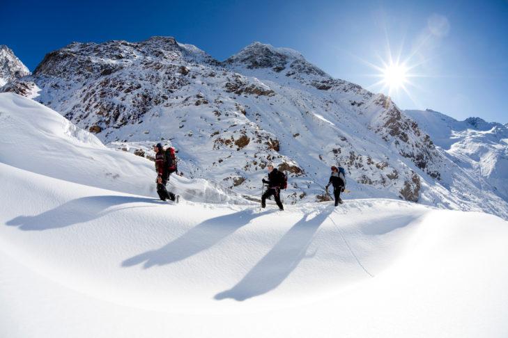 Zimowe wędrówki w głębokim śniegu to jedna z wielu możliwości rekreacyjnych na lodowcu Kaunertal.