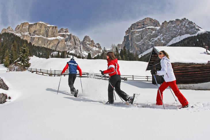 Wędrówki w rakietach śnieżnych to jedna z popularnych form wypoczynku w dolinie Fassa.