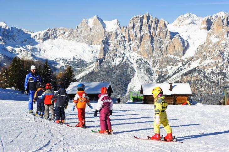 Kilka szkół narciarskich w dolinie Fassa dba o profesjonalne szkolenie następnej generacji młodych narciarzy.