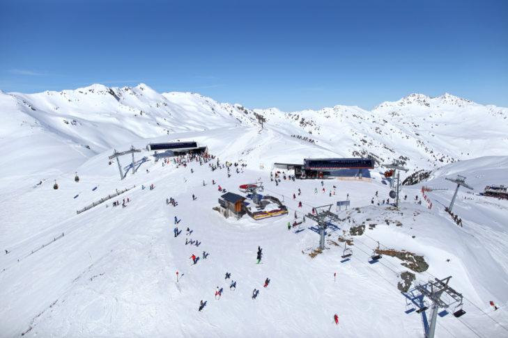 Na terenie narciarskim znajduje się kilka wyciągów, takich jak ten w Königsleitenspitze.