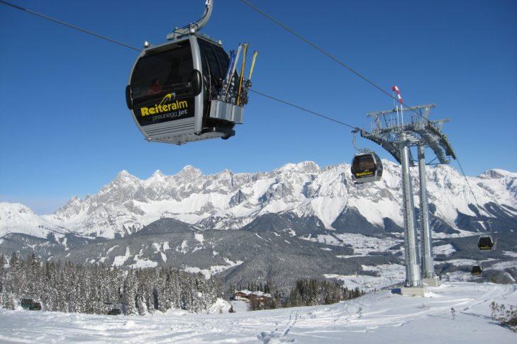 Nowoczesne gondole wjeżdżają na Reiteralm na terenie narciarskim Schladming-Dachstein.