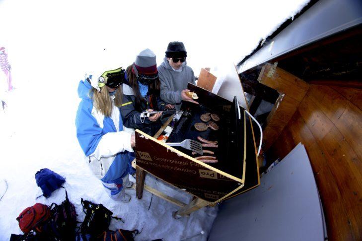 Grill na śniegu na terenie narciarskim Les 7 Laux.