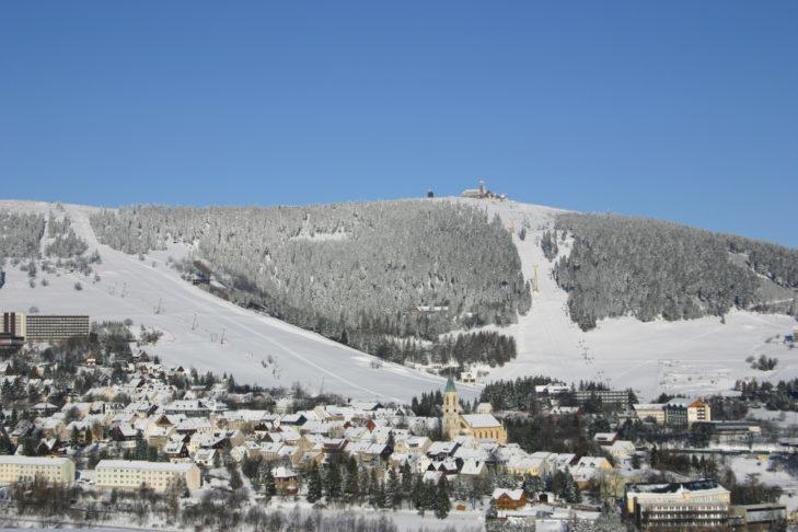 Widok z Oberwiesenthal na teren narciarski.