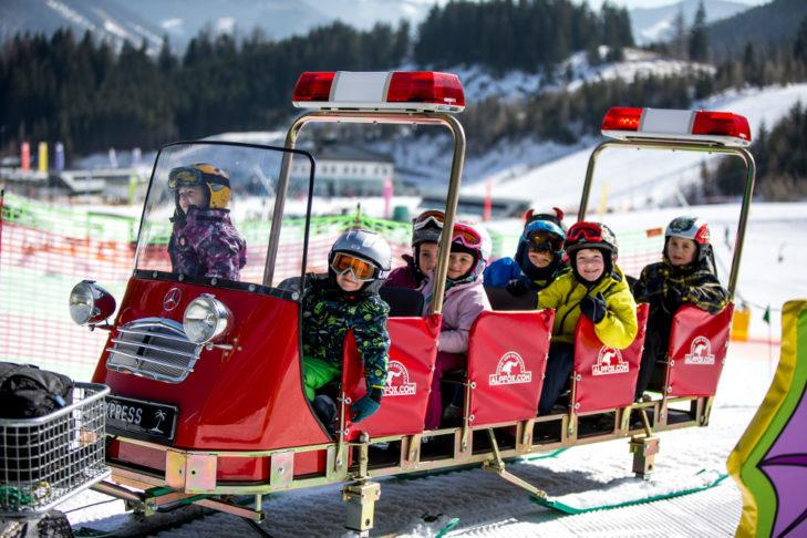 Dzieci ze szkółki narciarskiej podczas przejazdu kolejką.