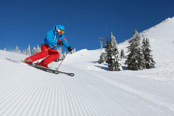 Jazda na nartach na spreparowanej trasie na terenie Präbichl.