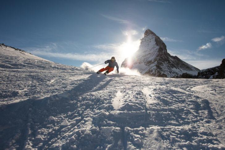 Jazda na nartach w Zermatt: panorama Matterhorn.