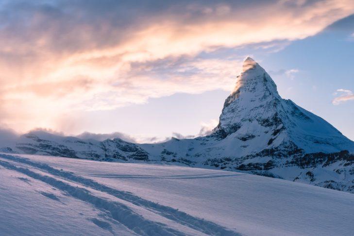 Jesienna jazda na nartach z widokiem na Matterhorn w Zermatt.