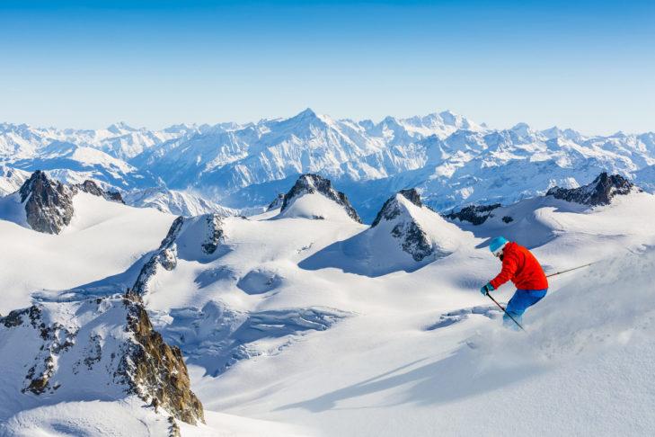 Jazda w głębokim śniegu w Alpach Francuskich.
