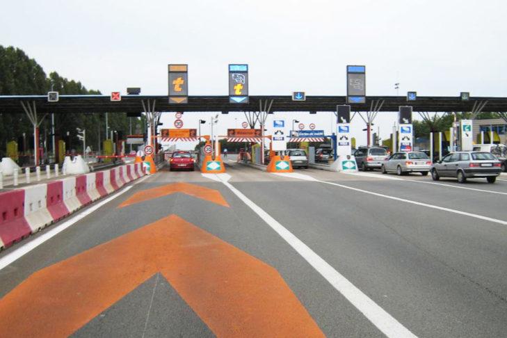 Typowa stacja poboru opłaty drogowej.