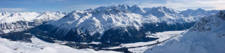 Widok z terenu Corviglia na miasteczka St. Moritz, Pontresina, Silvaplana oraz St. Moritzersee.