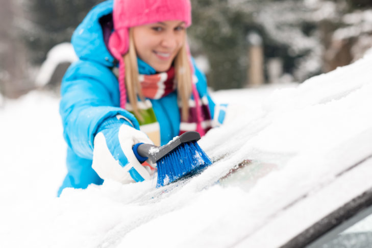 Miotełka pomoże w usunięciu nadmiaru śniegu.
