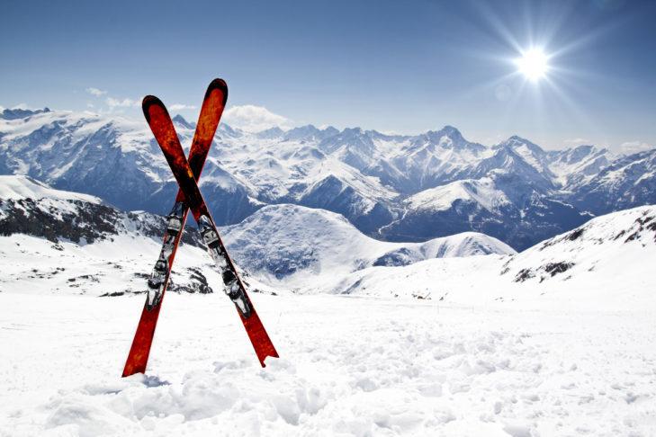 Nowe narty na śniegu: własne czy wypożyczone - każda opcja ma swoje zalety.