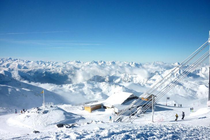 Widok z Cime de Caron na francuskim terenie Les 3 Vallées - największym połączonym terenie narciarskim na świecie.