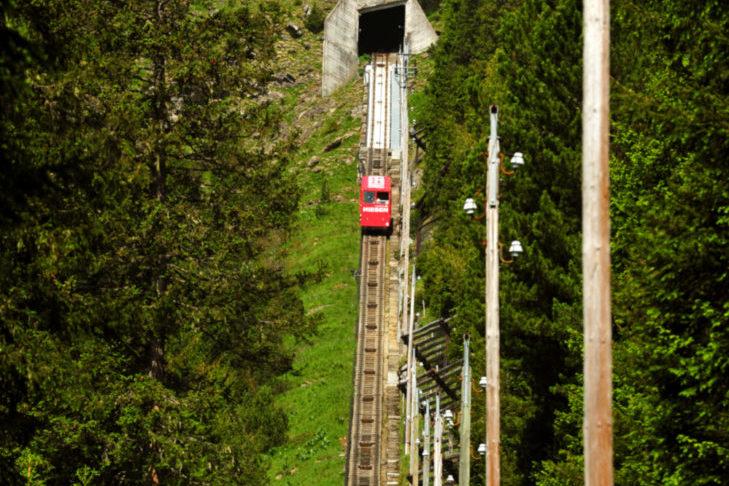 Podczas pokonywania schodów ratunkowych kolejki Niesenbahn wymagana jest kondycja.