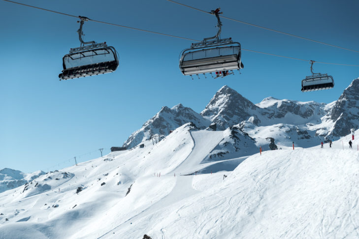 Nowoczesne wyciągi to standard na wielu terenach narciarskich.
