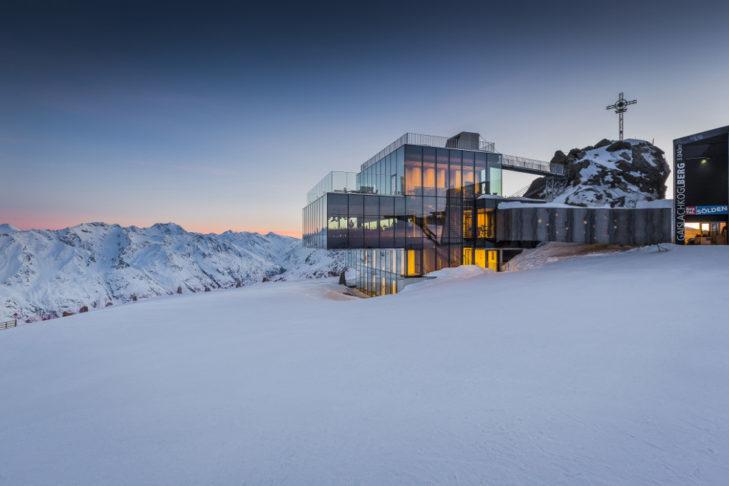 Restauracja z oszałamiającą górską panoramą w tle na terenie narciarskim Sölden.