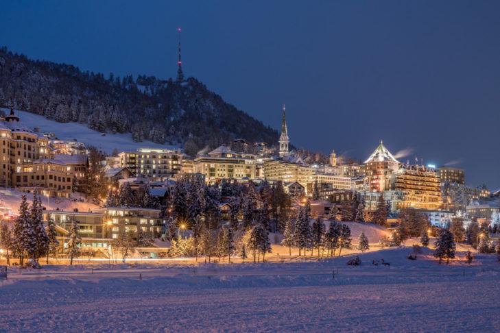 Widok na zimowe St. Moritz po zmroku.