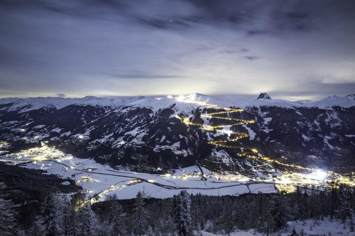 Romantyczny widok na oświetlony tor saneczkowy w Bramberg.