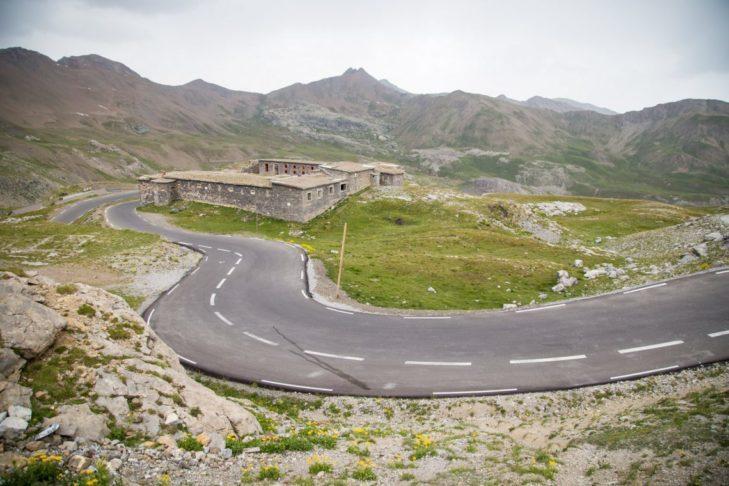 Najwyższa przełęcz alpejska prowadzi przez francuskie Alpy Nadmorskie.