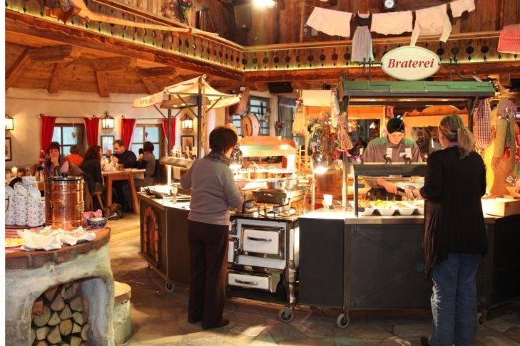 W hali narciarskiej w Neuss serwowane są również typowe górskie potrawy.