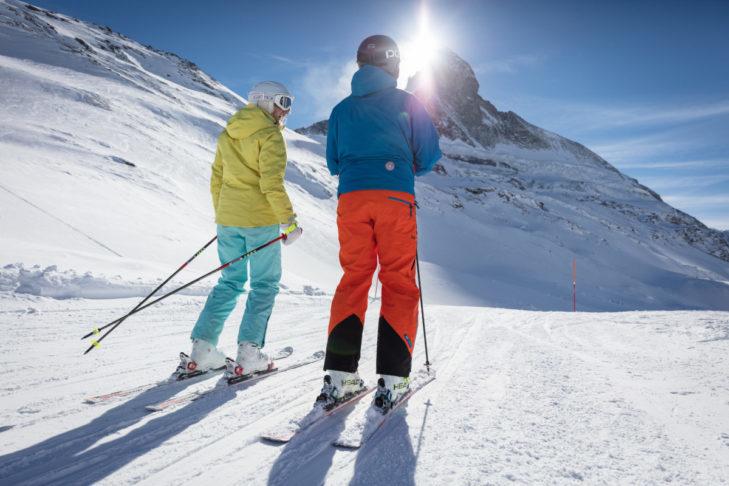 Słoneczna jazda na nartach z widokiem na Matterhorn w Zermatt.
