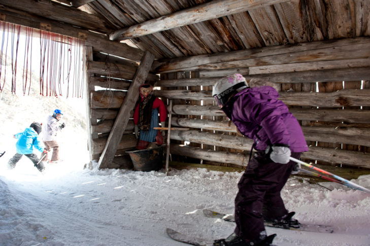 Dzieci przejeżdżają przez domek czarownicy na terenie Silvapark Galtür.