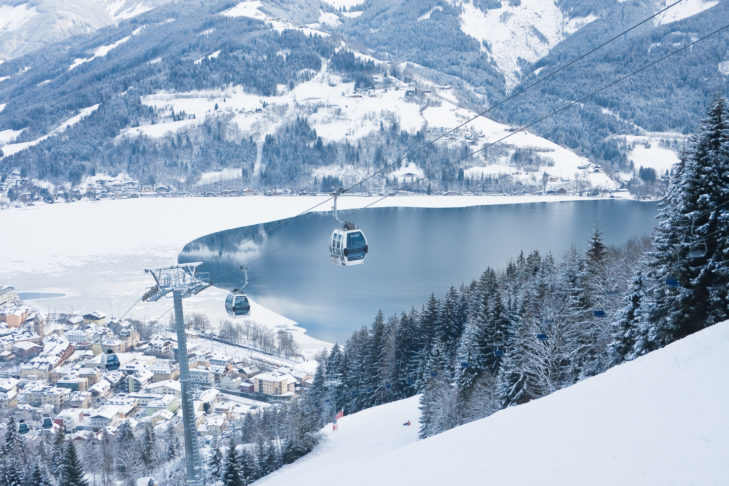 Urzekający widok z terenu narciarskiego Schmittenhöhe na Zell am See.